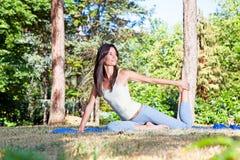 Όμορφη γυναίκα που κάνει το joga Στοκ Εικόνες