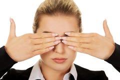 Όμορφη γυναίκα που καλύπτει τα μάτια της με τα χέρια της Μην δείτε καμία κακή έννοια Στοκ φωτογραφία με δικαίωμα ελεύθερης χρήσης