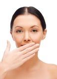 Όμορφη γυναίκα που καλύπτει το στόμα της Στοκ Φωτογραφία