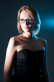 Όμορφη γυναίκα που κοιτάζει στην πλευρά. στοκ φωτογραφίες με δικαίωμα ελεύθερης χρήσης