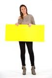 Όμορφη γυναίκα που κρατά ένα κίτρινο, κενό έγγραφο Στοκ φωτογραφίες με δικαίωμα ελεύθερης χρήσης