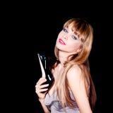 όμορφη γυναίκα που κρατά ένα μαύρο υψηλό παπούτσι τακουνιών Στοκ Φωτογραφίες