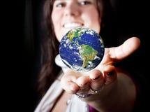 Όμορφη γυναίκα που κρατά τη γη Στοκ Εικόνα
