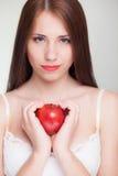Όμορφη γυναίκα που κρατά το κόκκινο juicy μήλο Στοκ Φωτογραφίες