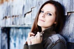 Όμορφη γυναίκα που κλίνει σε ένα κούτσουρο καμπινών Στοκ Φωτογραφίες