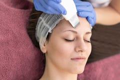 Όμορφη γυναίκα που λαμβάνει την του προσώπου αποφλοίωση δημιουργίας κοιλότητας υπερήχου beauty spa στο σαλόνι στοκ φωτογραφία με δικαίωμα ελεύθερης χρήσης