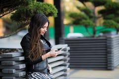 Όμορφη γυναίκα που μιλά στο κυψελοειδές τηλέφωνο υπαίθριο Στοκ φωτογραφία με δικαίωμα ελεύθερης χρήσης