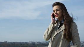 Όμορφη γυναίκα που μιλά πέρα από το τηλέφωνο φιλμ μικρού μήκους