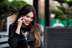 Όμορφη γυναίκα που μιλά στο κυψελοειδές τηλέφωνο υπαίθριο Στοκ Εικόνες