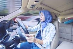 Όμορφη γυναίκα που οδηγεί ένα αυτοκίνητο στο δρόμο Στοκ Φωτογραφία