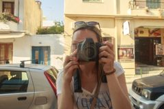 Όμορφη γυναίκα που παίρνει μια φωτογραφία της σε έναν καθρέφτη της προθήκης στοκ εικόνες