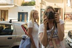 Όμορφη γυναίκα που παίρνει μια φωτογραφία της σε έναν καθρέφτη της προθήκης στοκ εικόνες με δικαίωμα ελεύθερης χρήσης
