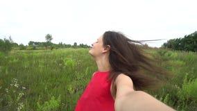 Όμορφη γυναίκα που παίρνει selfie το τηλεοπτικό smartphone χρησιμοποίησης υπαίθρια απόθεμα βίντεο