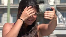 Όμορφη γυναίκα που παίρνει Selfy φιλμ μικρού μήκους