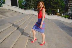 Όμορφη γυναίκα που περπατά επάνω τα σκαλοπάτια Στοκ φωτογραφία με δικαίωμα ελεύθερης χρήσης