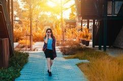 Όμορφη γυναίκα που περπατά ευτυχώς μιλώντας στο τηλέφωνο στοκ εικόνες με δικαίωμα ελεύθερης χρήσης