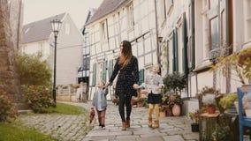 Όμορφη γυναίκα που περπατά με δύο παιδιά κράτημα χεριών Ευρωπαϊκά μητέρα, κορίτσι και αγόρι από κοινού Hattingen, Γερμανία 4K απόθεμα βίντεο