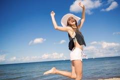 Όμορφη γυναίκα που πηδά από την ευτυχία Στοκ φωτογραφίες με δικαίωμα ελεύθερης χρήσης