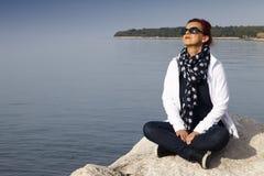 Όμορφη γυναίκα που πιάνει τον ήλιο Στοκ φωτογραφία με δικαίωμα ελεύθερης χρήσης