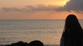 Όμορφη γυναίκα που προσέχει τη θάλασσα απόθεμα βίντεο