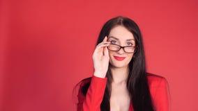 Όμορφη γυναίκα που προσπαθεί στα κομψά και ακριβά γυαλιά απόθεμα βίντεο