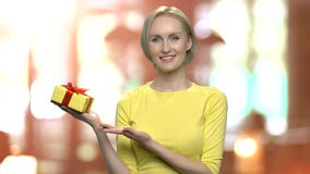 Όμορφη γυναίκα που προσφέρει το κιβώτιο δώρων απόθεμα βίντεο