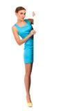 Όμορφη γυναίκα που στέκεται και που κρατά ένα έμβλημα. Στοκ Εικόνες