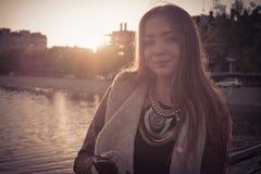 Όμορφη γυναίκα που στέκεται και που περιμένει Στοκ Εικόνα