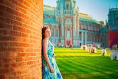 Όμορφη γυναίκα που στέκεται και που χαμογελά στο abeautiful φυσικό backg Στοκ εικόνα με δικαίωμα ελεύθερης χρήσης