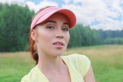 Όμορφη γυναίκα που στηρίζεται στη φύση, μια θερμή ημέρα στο middl Στοκ εικόνα με δικαίωμα ελεύθερης χρήσης
