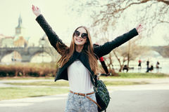 Όμορφη γυναίκα που ταξιδεύει στην Ευρώπη και που περπατά στο πάρκο στην Πράγα Κορίτσι που έχει το κεφάλαιο και που κρατά τα χέρια Στοκ εικόνες με δικαίωμα ελεύθερης χρήσης