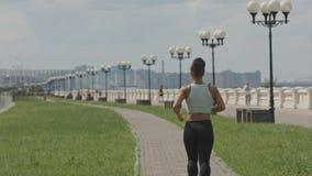 Όμορφη γυναίκα που τρέχει στην ημέρα Στοκ φωτογραφία με δικαίωμα ελεύθερης χρήσης