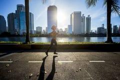 Όμορφη γυναίκα που τρέχει στην πόλη κατά τη διάρκεια της ανατολής Στοκ εικόνα με δικαίωμα ελεύθερης χρήσης