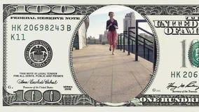 Όμορφη γυναίκα που τρέχει στο πλαίσιο το λογαριασμό 100 δολαρίων απόθεμα βίντεο