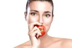 Όμορφη γυναίκα που τρώει την υγιή κόκκινη Apple Στοκ φωτογραφία με δικαίωμα ελεύθερης χρήσης
