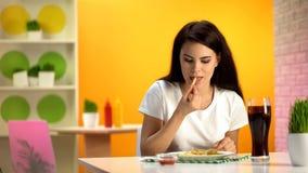 Όμορφη γυναίκα που τρώει τις τηγανιτές πατάτες στο εστιατόριο γρήγορου φαγητού, ανθυγειινή διατροφή στοκ φωτογραφία με δικαίωμα ελεύθερης χρήσης