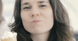 Όμορφη γυναίκα που τρώει το παγωτό κοντά επάνω απόθεμα βίντεο