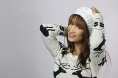 Όμορφη γυναίκα που φορά ένα πουλόβερ Χριστουγέννων Στοκ Φωτογραφία