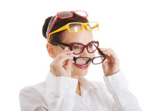Όμορφη γυναίκα που φορά τέσσερα διαφορετικά ζευγάρια eyeglasses. Στοκ φωτογραφία με δικαίωμα ελεύθερης χρήσης