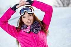Όμορφη γυναίκα που φορά τα προστατευτικά δίοπτρα το χιονώδη χειμώνα Στοκ Εικόνα