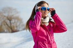 Όμορφη γυναίκα που φορά τα προστατευτικά δίοπτρα το χιονώδη χειμώνα Στοκ εικόνες με δικαίωμα ελεύθερης χρήσης