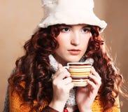 Όμορφη γυναίκα που φορά τον άσπρο καφέ κατανάλωσης καπέλων Στοκ Εικόνες