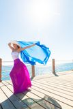 Όμορφη γυναίκα που φορά το καπέλο και τη ρόδινη φούστα Στοκ Εικόνα