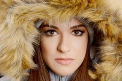 Όμορφη γυναίκα που φορά το πολυτελές επικεφαλής ύφασμα γουνών στοκ φωτογραφία