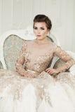 Όμορφη γυναίκα που φορά το πολυτελές φόρεμα Στοκ Φωτογραφία
