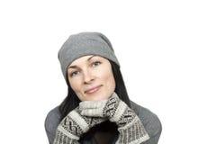 Όμορφη γυναίκα που φορά το χειμερινά καπέλο και τα γάντια Στοκ Φωτογραφία