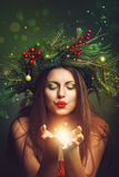 Όμορφη γυναίκα που φυσά τη μαγική σκόνη Στοκ Φωτογραφίες
