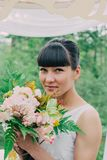 Όμορφη γυναίκα που φωτογραφίζεται στη φύση μια φωτεινή ημέρα Στοκ Εικόνες