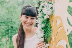Όμορφη γυναίκα που φωτογραφίζεται στη φύση μια φωτεινή ημέρα Στοκ Φωτογραφίες