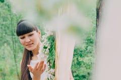 Όμορφη γυναίκα που φωτογραφίζεται στη φύση μια φωτεινή ημέρα Στοκ Φωτογραφία